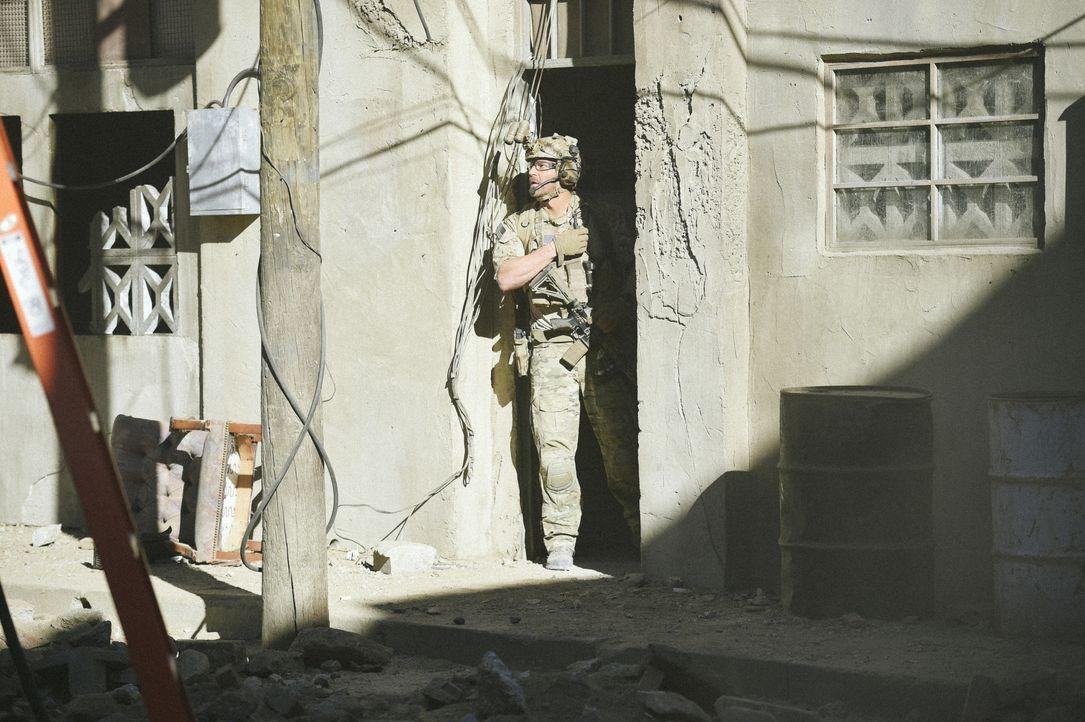 Kann Jason (David Boreanaz) seinen in Gefahr befindlichen Kameraden noch retten, bevor die schwerbewaffneten Terroristen ihn erreichen? - Bildquelle: Ron Jaffe CBS   2017 CBS Broadcasting, Inc. All Rights Reserved / Ron Jaffe