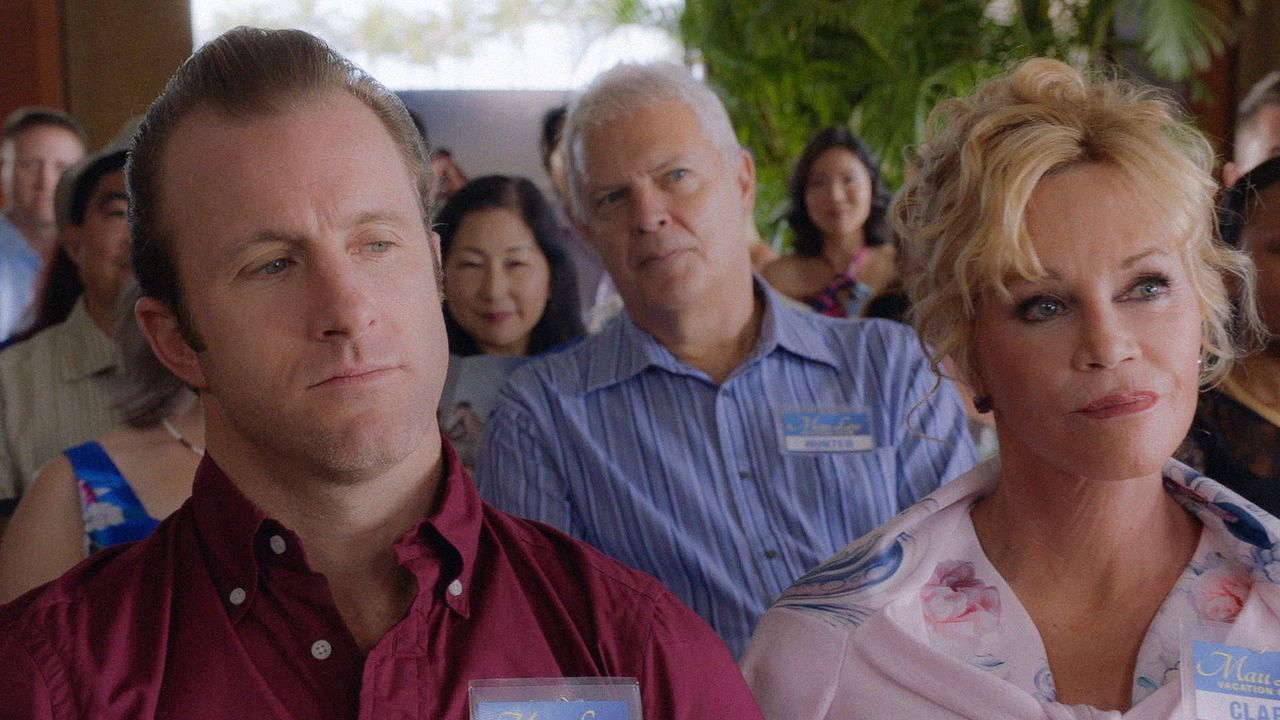 Dannys (Scott Caan, l.) Mutter Clara (Melanie Griffith, r.) wird vom FBI aufgesucht und über den Fall ihres ermordeten Sohnes Matty befragt, während... - Bildquelle: 2016 CBS Broadcasting, Inc. All Rights Reserved
