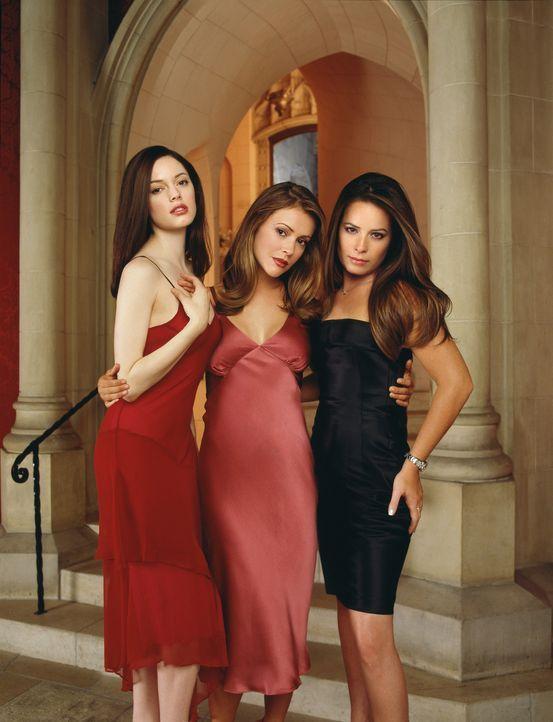 (4. Staffel) - Mit ihrer Halbschwester Paige (Rose McGowan, l.) ist die Macht der Drei wieder komplett. Das tröstet Phoebe (Alyssa Milano, M.) und... - Bildquelle: Paramount Pictures