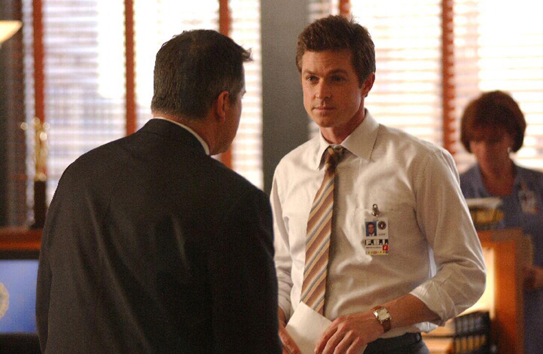 Martin (Eric Close, r.) und Jack (Anthony LaPaglia, l.) stehen vor einem schwierigen Fall ... - Bildquelle: Warner Bros. Entertainment Inc.