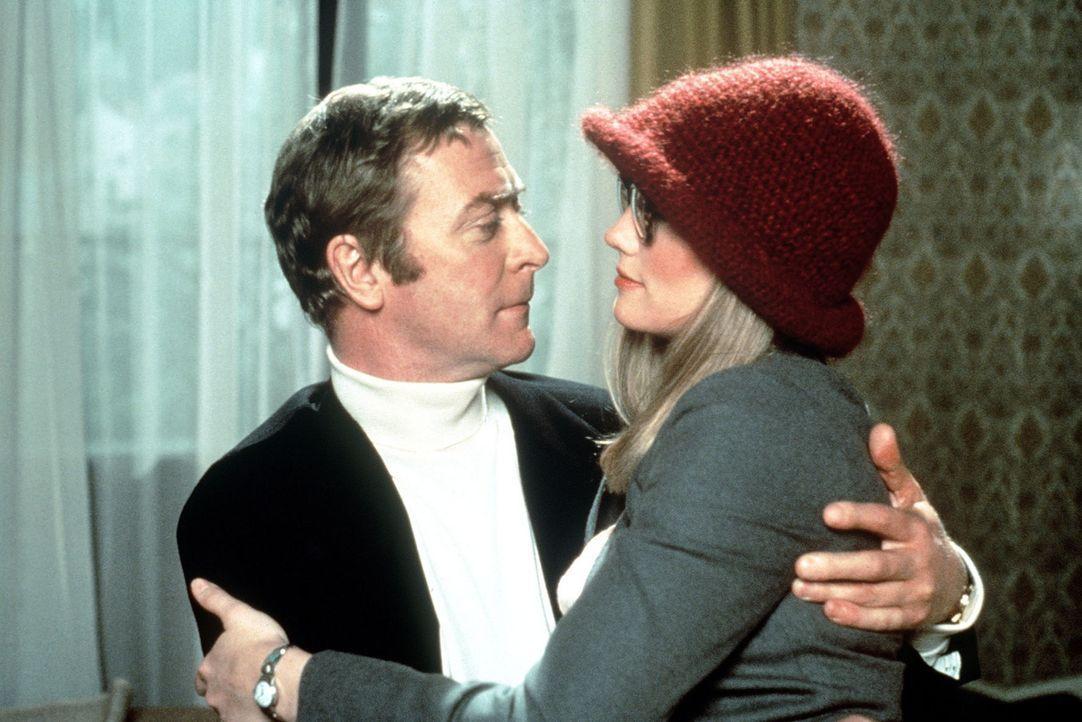 Doc Fletcher (Michael Caine, l.) verführt Debbie (Cybill Shepherd, r.), die Frau eines Konkurrenten ... - Bildquelle: Columbia Pictures