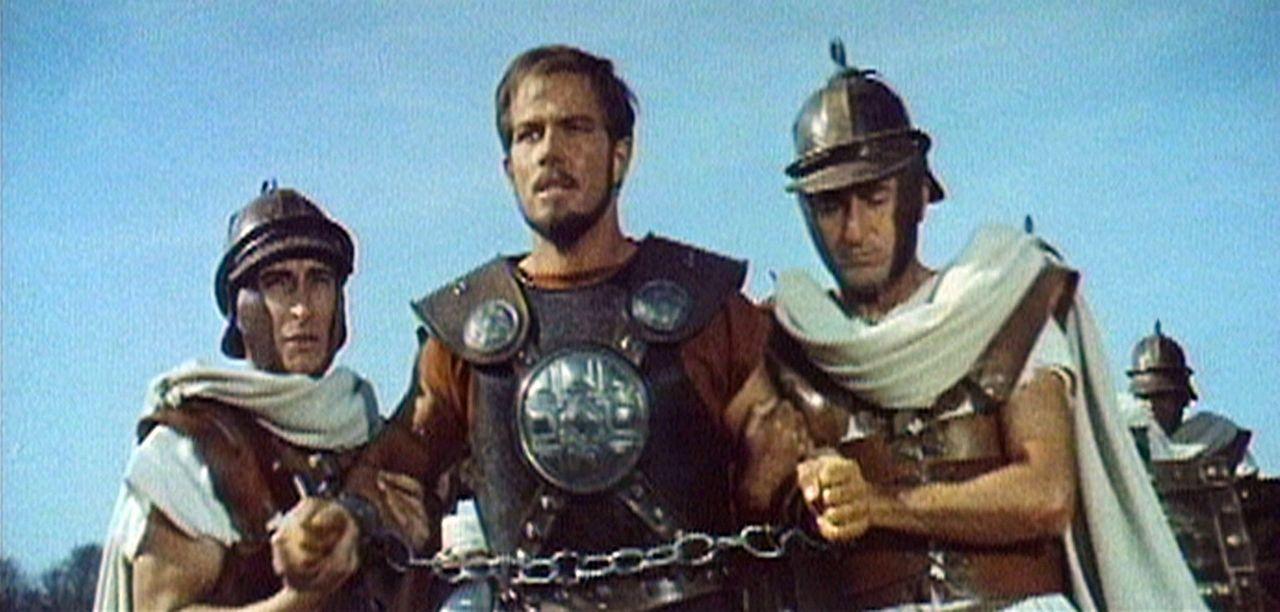 Der britannische Krieger Glaucus (Richard Harrison, M.) wird gefangen genommen und soll in Rom in Gladiatorenkämpfen auftreten ... - Bildquelle: Sancro Film
