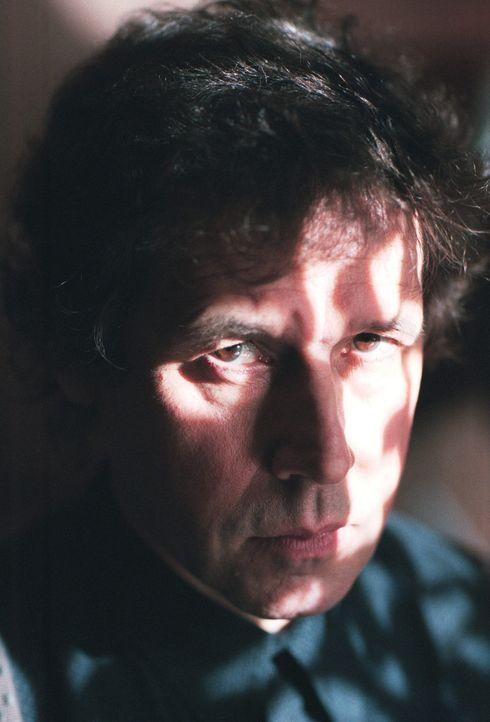 """Steckt der psychopathische Serienkiller Alistair """"The Doctor"""" Pratt (Stephen Rea) hinter der letalen Website? Um eine Antwort auf diese Frage zu fin... - Bildquelle: 2003 Sony Pictures Television International. All Rights Reserved."""
