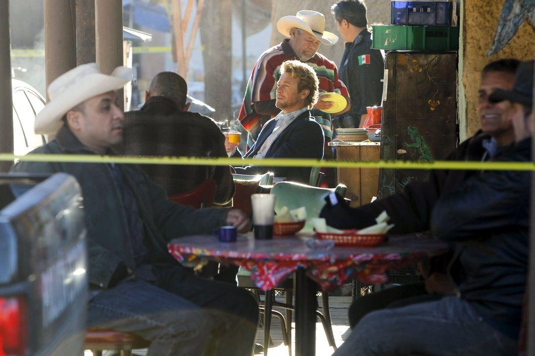 Seine Ermittlungen führen ihn dieses Mal nach Mexiko, wo eine US-Anwältin tot aufgefunden wurde: Patrick (Simon Baker, M.). Um den Hintergründen auf... - Bildquelle: Warner Bros. Television