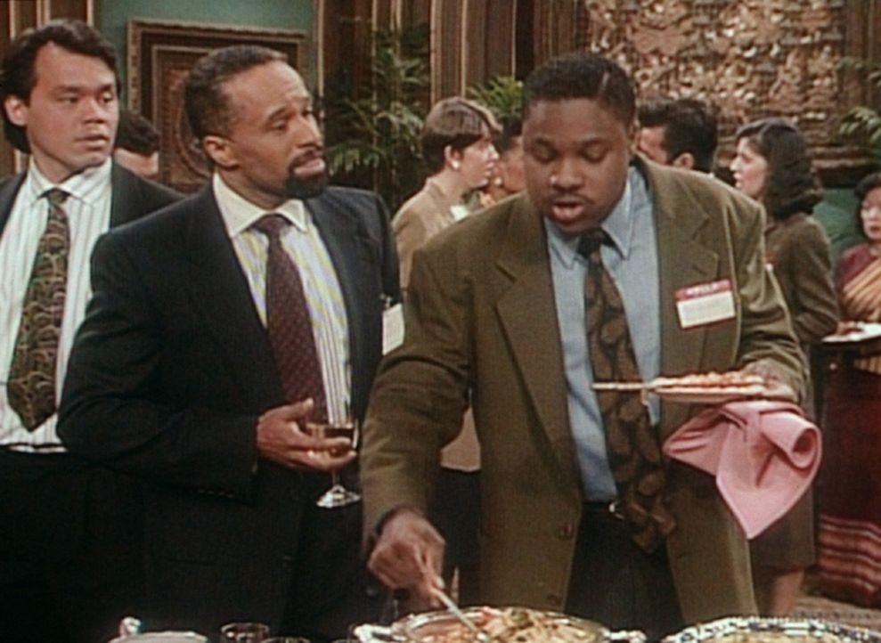 Theo (Malcolm-Jamal Warner, r.) ist nur an dem Buffet interessiert, doch die Veranstalter des Bewerbungsempfangs interessieren sich plötzlich für... - Bildquelle: Viacom