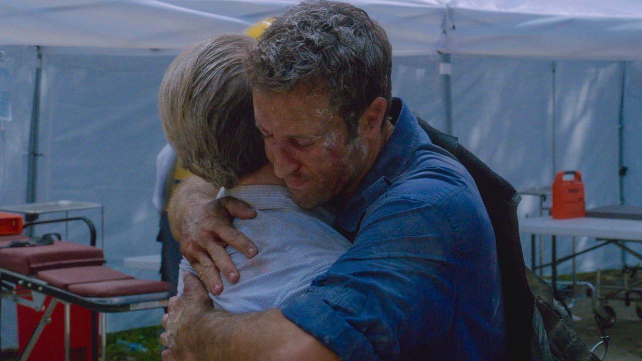Dank ihrer Kollegen konnten Danny (Scott Caan, l.) und Steve (Alex O'Loughlin, r.) lebend gerettet werden ... - Bildquelle: 2013 CBS Broadcasting Inc. All Rights Reserved