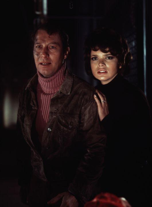 Danny Fergusson (Uschi Glas, r.) und Scotland Yard-Inspektor Craig (Hansjörg Felmy, l.) suchen im Rauschgiftmilieu nach dem grausamen Mörder von Dan... - Bildquelle: Constantin Film