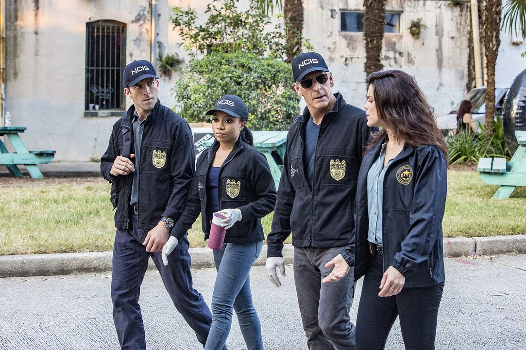 Das NCIS-Team LaSalle (Lucas Black, l.), Percy (Shalita Grand, 2.v.l.), Pride (Scott Bakula, 2.v.r.) und Gregorio (Vanessa Ferlito, r.) untersuchen... - Bildquelle: Skip Bolen 2016 CBS Broadcasting, Inc. All Rights Reserved