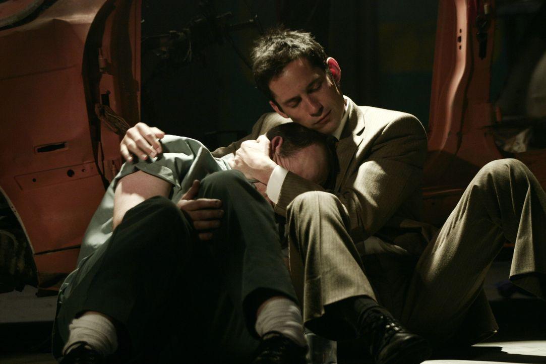Danny Taylor (Enrique Murciano, r.) macht sich Sorgen um seinen Bruder Rafael (Alex Fernandez, l.) ... - Bildquelle: Warner Bros. Entertainment Inc.