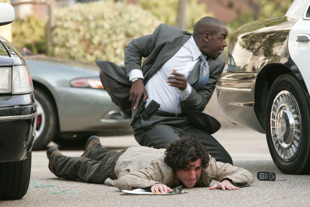 Der Heckenschütze der L.A. bedroht kennt keine Gnade. Charlie (David Krumholtz, unten) und David (Alimi Ballard, oben) suchen Schutz hinter einem W... - Bildquelle: Paramount Network Television