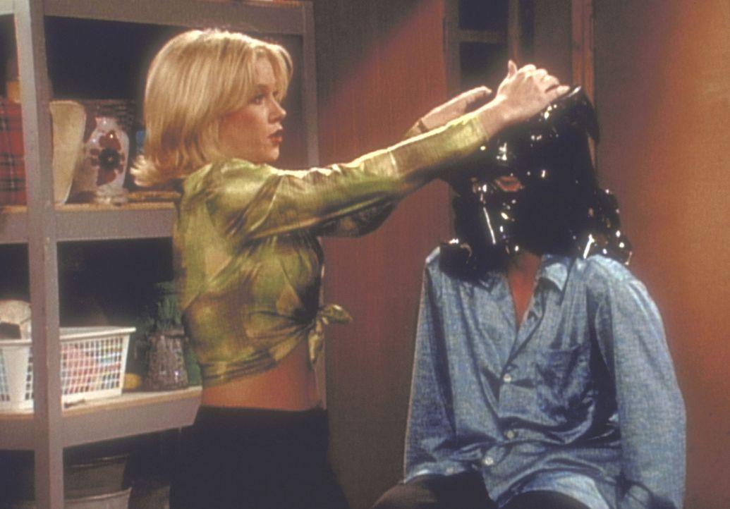 Wer ist der maskierte Folienheld, den Kelly (Christina Applegate, l.) so hübsch verkleidet? - Bildquelle: Columbia Pictures