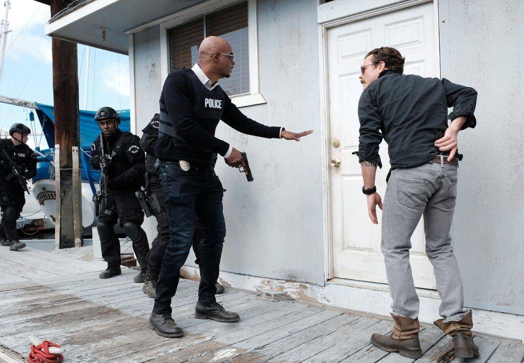Das ungleiche Ermittlerduo (Damon Wayans, l. und Clayne Crawford, r.) gerät in einen gefährlichen Fall, der ihr Vertrauen auf die Probe stellt ... - Bildquelle: Warner Brothers