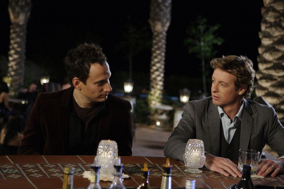 Bei seinen Ermittlungen stößt Patrick (Simon Baker, r.) auf Paul Fricke (Elon Gold, l.). Doch hat dieser wirklich etwas mit dem Mord an Claire Wolco... - Bildquelle: Warner Bros. Television