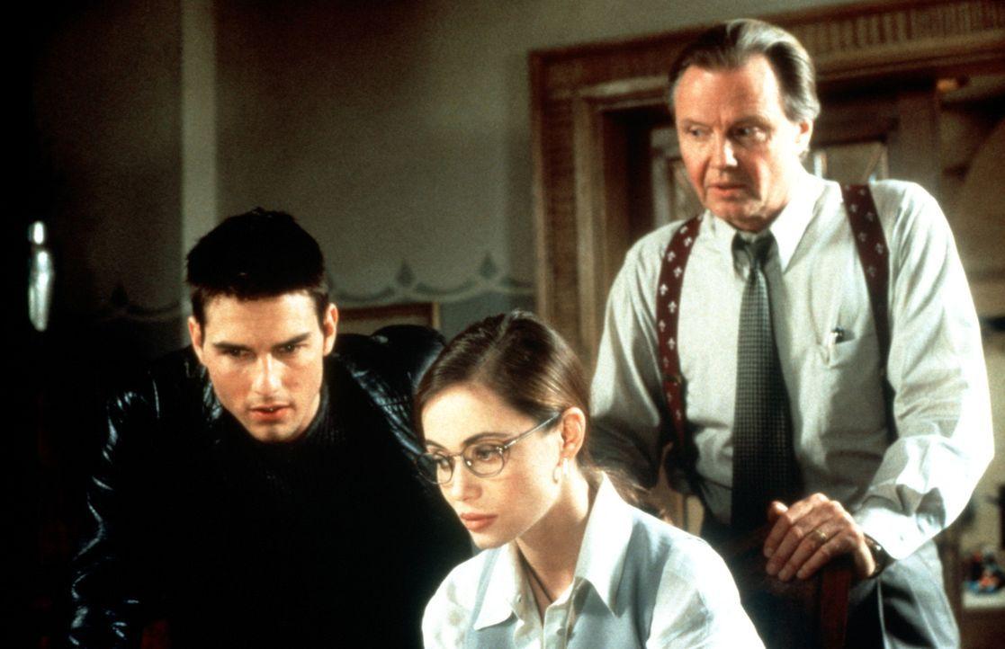 Die Mission in der Prager Botschaft gerät für die Agenten Ethan Hunt (Tom Cruise, l.), Claire (Emmanuelle Béart, M.) und Jim Phelps (Jon Voight,... - Bildquelle: Paramount Pictures