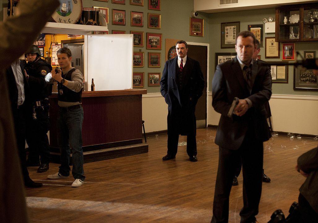 Frank (Tom Selleck, M.) und Danny (Donnie Wahlberg, r.) hoffen, endlich zu erfahren, wer Joe getötet hat ... - Bildquelle: 2010 CBS Broadcasting Inc. All Rights Reserved
