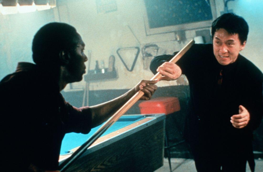 Inspektor Lee (Jackie Chan, r.) kann nicht tatenlos zusehen, wie sein amerikanischer Kollege im Alleingang die Tochter des Konsuls findet. Auch er w... - Bildquelle: New Line Cinema