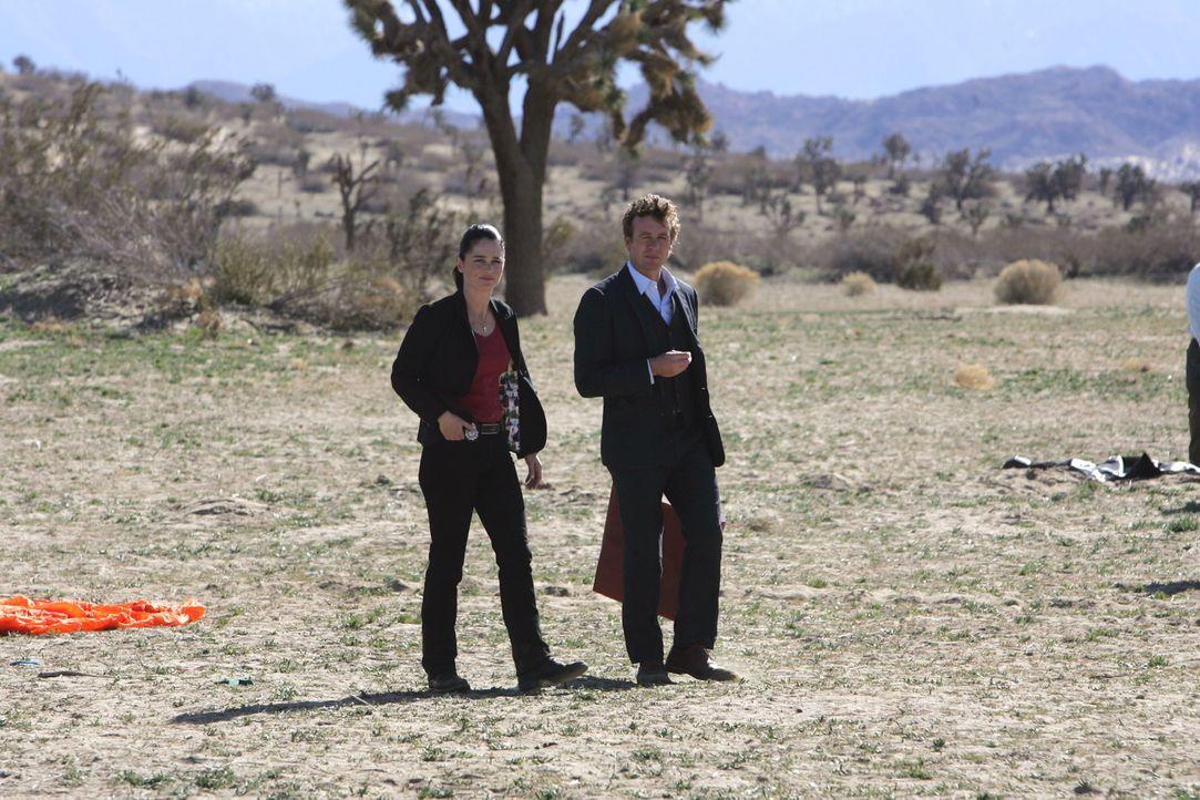 Wollen die merkwürdigen Unfälle aufklären: Patrick (Simon Baker, r.) und Teresa (Robin Tunney, l.) ... - Bildquelle: Warner Bros. Television