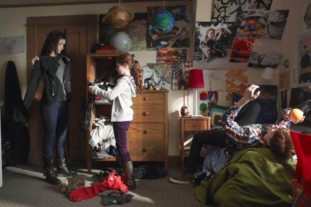 Während Lip gegen Ians (Cameron Monaghan, r.) Interesse nach seinem leiblichen Vater sucht, brauchen Debbie (Emma Kenney, M.) und Fiona (Emmy Rossum... - Bildquelle: 2010 Warner Brothers
