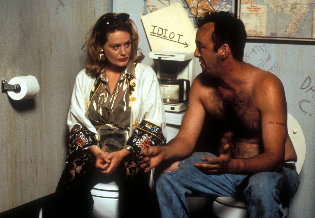 Edie (Beverly D'Angelo, l.) will die Zwillinge an den zwielichtigen Manny (Christopher Darga, r.) verkaufen. Wird sich der auf das Geschäft einlass... - Bildquelle: Disney