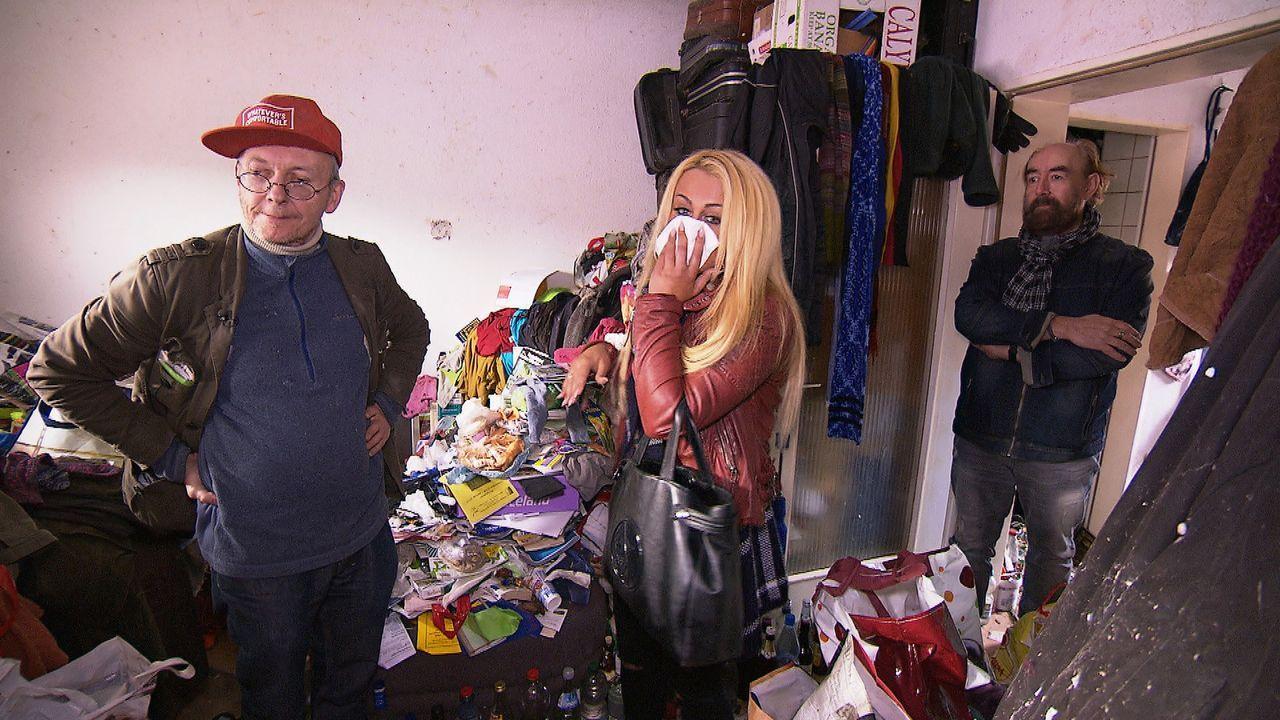In der kleinen Wohnung von Helmut (l.) stapelt sich der Müll, während Concetta (M.) dreimal täglich ihre Wohnung putzt. Psychologe Michael Thiel (r.... - Bildquelle: kabel eins