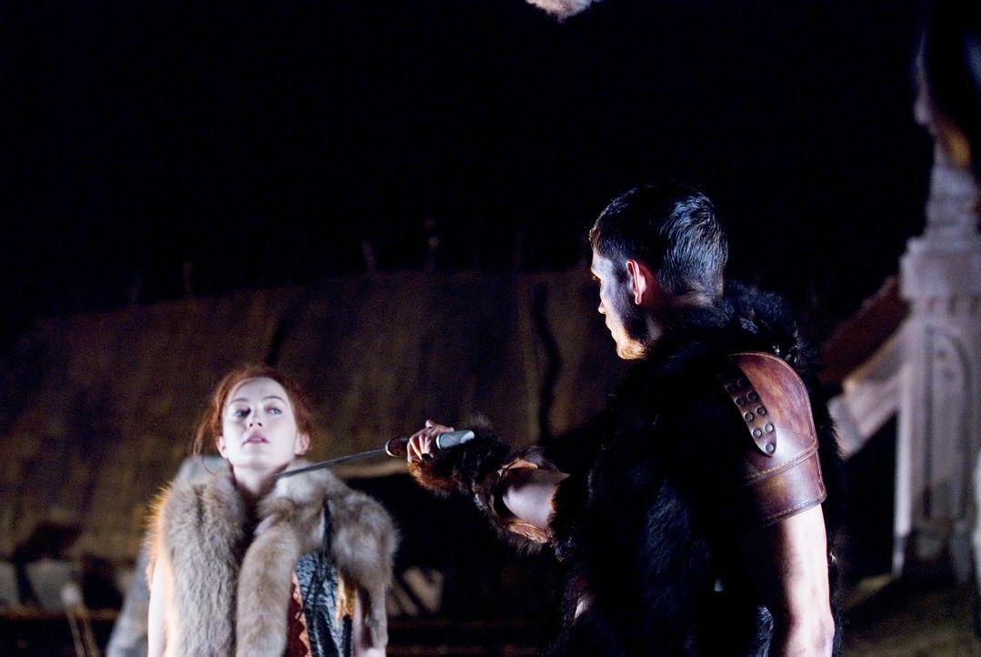 Sind zunächst nicht unbedingt Freunde: Wikinger-Prinzessin Freya (Sophia Myles, l.) und der Außerirdische Kainan (James Caviezel, r.) ... - Bildquelle: Telepool