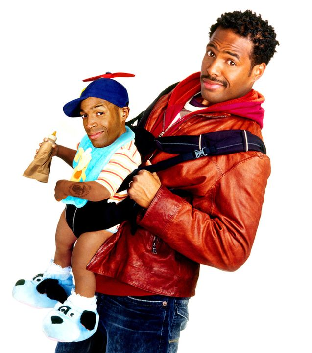 Dank Trick-Technik ist Marlon Wayans, l. ziemlich stark geschrumpft, und kann deshalb von seinem Bruder Shawn Wayans, r. locker auf den Arm genommen... - Bildquelle: Sony Pictures Television International. All Rights Reserved.