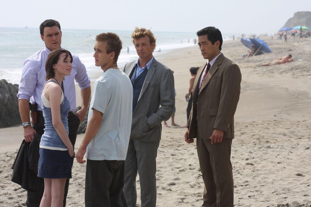 Nach der Ermordung eines fünfzehnjährigen Mädchens erhoffen sich Patrick Jane (Simon Baker, 2.v.r.), Wayne Rigsby (Owain Yeoman, l.) und Kimball Cho... - Bildquelle: Warner Bros. Television
