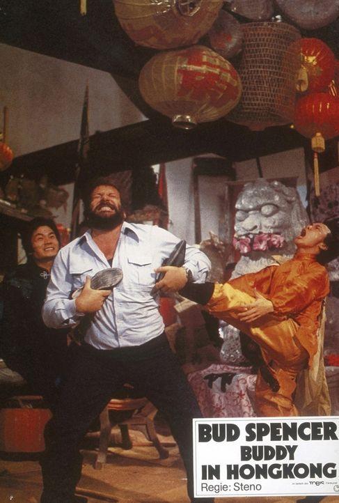 Kommissar Rizzo (Bud Spencer, M.) lehrt den chinesischen Gangstern das Fürchten ... - Bildquelle: Constantin Film