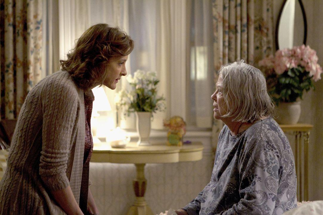 Weil Fiona mit Lernen beschäftigt ist und sich nicht um Grammy (Louise Fletcher, r.) kümmern kann, springt Sheila (Joan Cusack, l.) ein ... - Bildquelle: 2010 Warner Brothers
