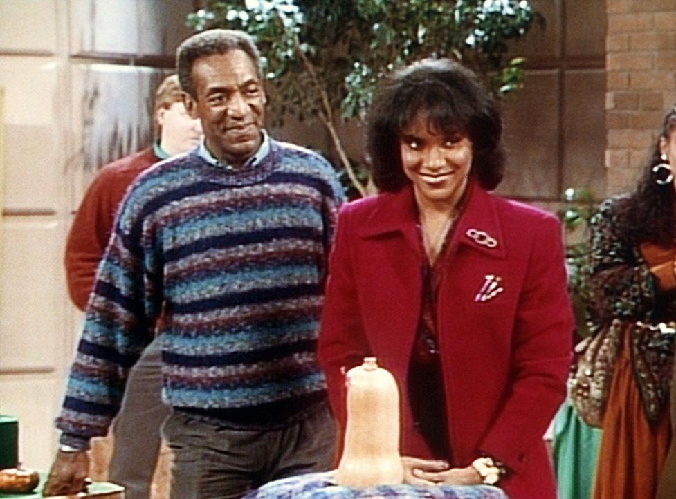 Cliff (Bill Cosby, r.) und Clair (Phylicia Rashad, l.) hoffen, dass ihr formschöner Kürbis bei dem Wettbewerb gut abschneiden wird ... - Bildquelle: Viacom