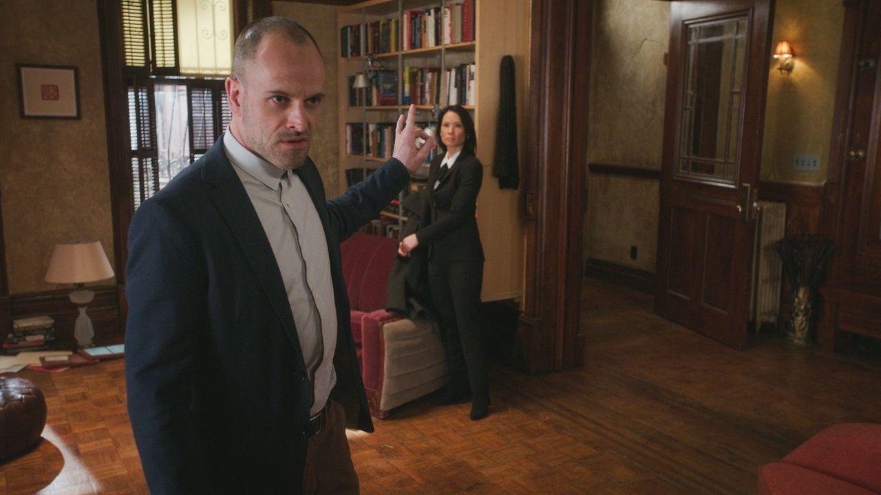 Die Kombination aus Mord und Zauberei hält Holmes (Jonny Lee Miller, l.) auf Trapp. Wie konnte es nur passieren, dass der Magier während seines Auft... - Bildquelle: 2017 CBS Broadcasting, Inc. All Rights Reserved.