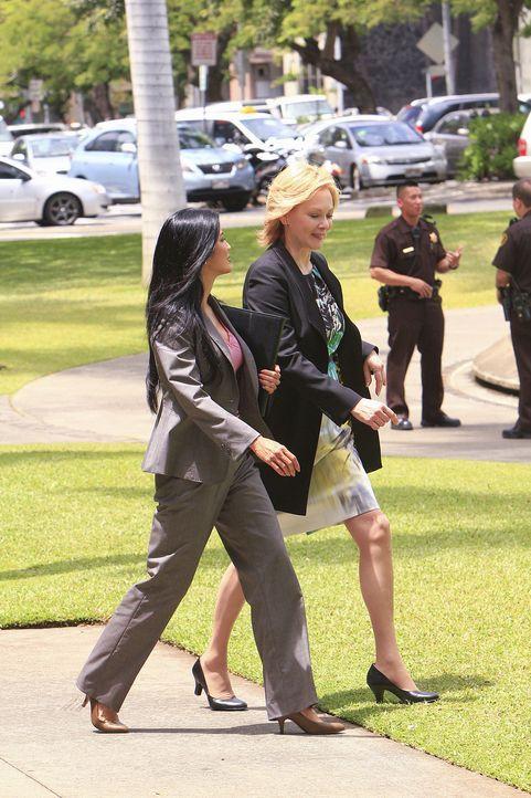 Wo Fat ist zurück und sein Masterplan gelingt: Laura Hills (Kelly Hu, l.), die Assistentin der Gouverneurin (Jean Smart, r.), kommt durch eine Autob... - Bildquelle: 2011 CBS BROADCASTING INC.  All Rights Reserved.