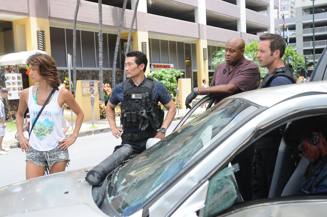 Ein neuer Mordfall beschäftigt Steve (Alex O'Loughlin, r.), Chin (Daniel Dae Kim, 2.v.l.), Grover (Chi McBride, 2.v.r.) und Kono (Grace Park, l.) ... - Bildquelle: Norman Shapiro 2015 CBS Broadcasting, Inc. All Rights Reserved