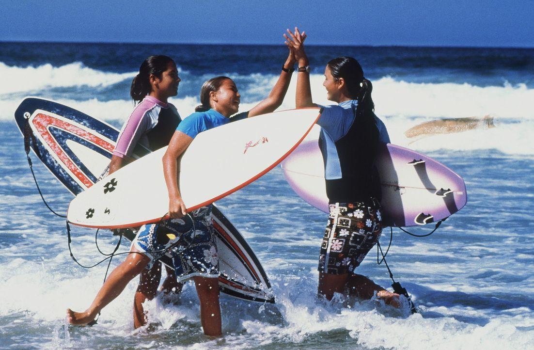 Die Surf-Girls Mele (Meleana White, l.), Kai (Kanoa Chung, M.) und Gia (Stacie Hess, r.) wissen mehr, als sie zugeben wollen ... - Bildquelle: WALT DISNEY COMPANY