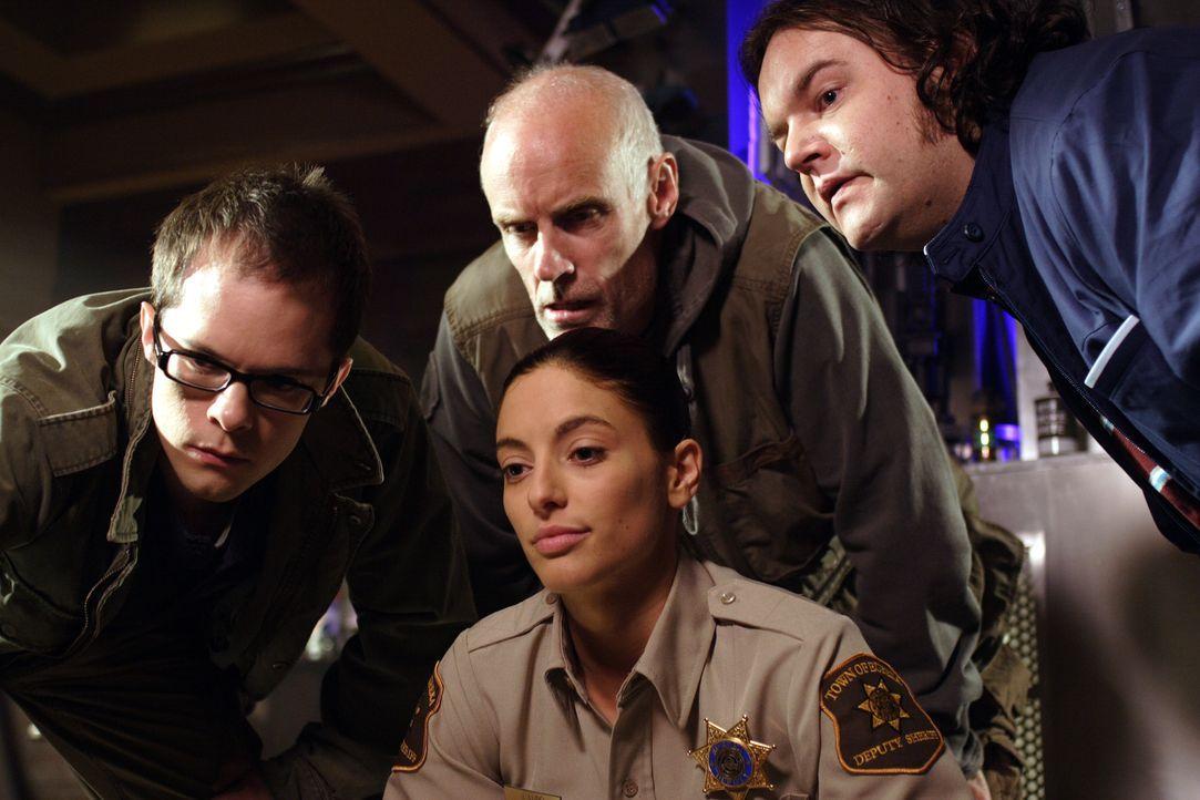 An einem Filmabend werden Spencer, Fargo (Neil Grayston, l.), Taggert (Matt Frewer, M.), Vincent (Chris Gauthier, r.) und Jo Lupo (Erica Cerra, vorn... - Bildquelle: Universal Television