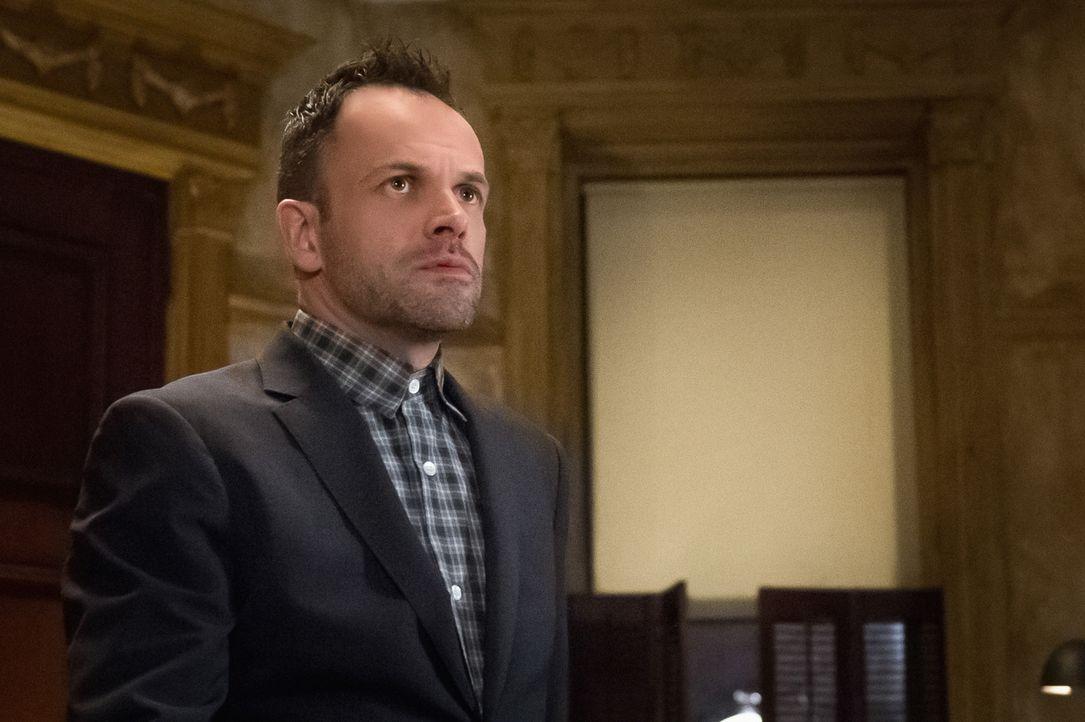 Der Gedanke an eine Beziehung zwischen Joan und seinem Bruder Mycroft macht Holmes (Jonny Lee Miller) schier wahnsinnig ... - Bildquelle: CBS Television