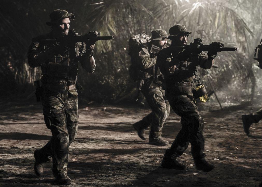 Jason (David Boreanaz, l.), Ray (Neil Brown Jr., r.) und das SEAL Team durchkämmen den Dschungel von Brasilien, denn sie sollen zwei vermisste Dolme... - Bildquelle: Erik Voake Erik Voake/CBS  2017 CBS Broadcasting, Inc. All Rights Reserved / Erik Voake
