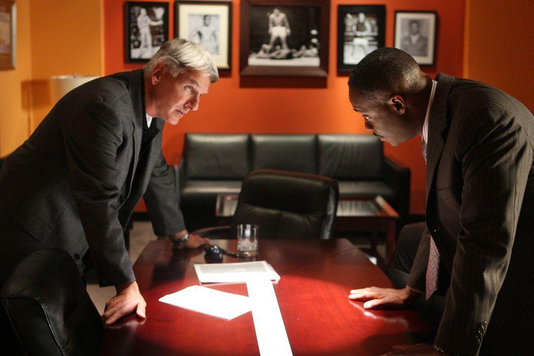 Gibbs (Mark Harmon, l.) und Vance (Rocky Carroll, r.) wollen Zivas Unschuld beweisen, doch hat sie wirklich nichts mit dem Mord an des Ex-Marines Da... - Bildquelle: CBS Television