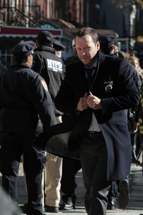 Während Danny (Donnie Wahlberg) einen Bombenanschlag untersucht, muss Frank klären, ob ein Cop einem Verdächtigen gegenüber gewalttätig wurde, bevor... - Bildquelle: 2013 CBS Broadcasting Inc. All Rights Reserved.