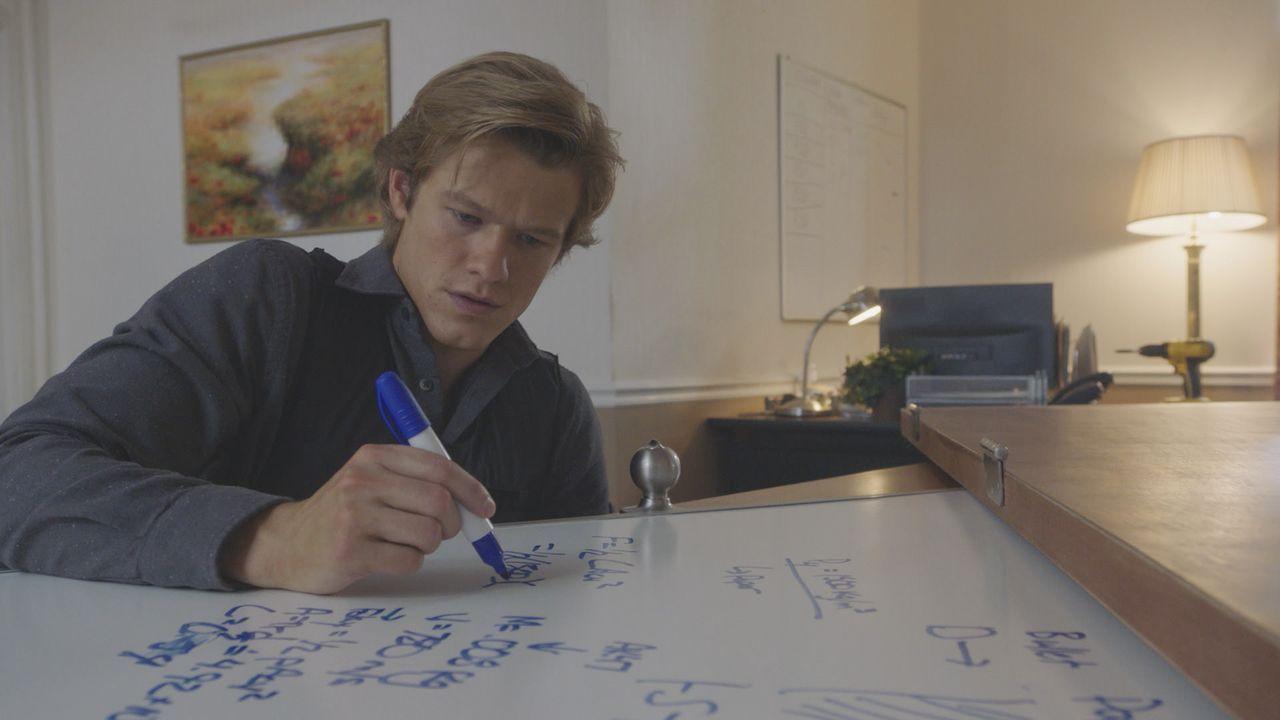 Physik als Waffe: MacGyver (Lucas Till) rechnet aus, wie viel Papier man braucht, um in der amerikanischen Botschaft in Lettland einem Kugelhagel st... - Bildquelle: 2016 CBS Broadcasting, Inc. All Rights Reserved