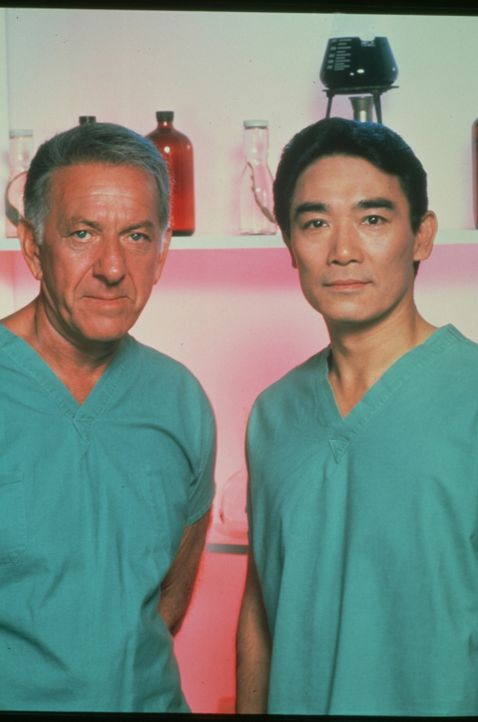 Sam Fujiyama (Robert Ito, r.) ist der Assistent von Dr. Quincy (Jack Klugman, l.) im gerichtsmedizinischen Institut von Los Angeles. Als Chemotechni... - Bildquelle: 2004 - 2015  NBCUniversal. ALL RIGHTS RESERVED.