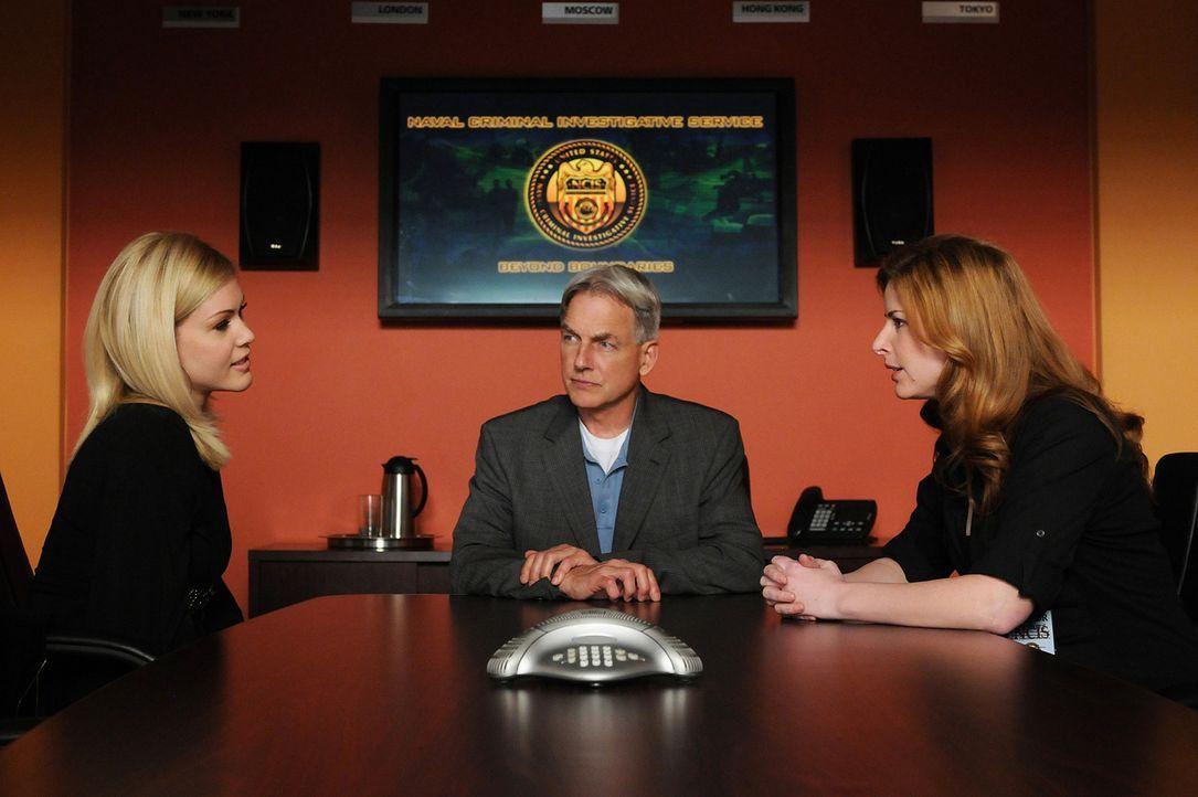 Abby Borin (Diane Neal, l.) und Gibbs (Mark Harmon, M.) arbeiten zusammen, um den Tod von US-Navy-Taucher Lieutenant Michael Jensen aufzuklären. Doc... - Bildquelle: CBS Television