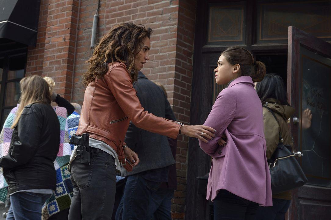 Während Cat nach ihrer Entlassung aus dem Gefängnis verzweifelt nach Vincent sucht, wollen Tess (Nina Lisandrello, l.) und Heather (Nicole Gale Ande... - Bildquelle: Ben Mark Holzberg 2016 The CW Network. All Rights Reserved.