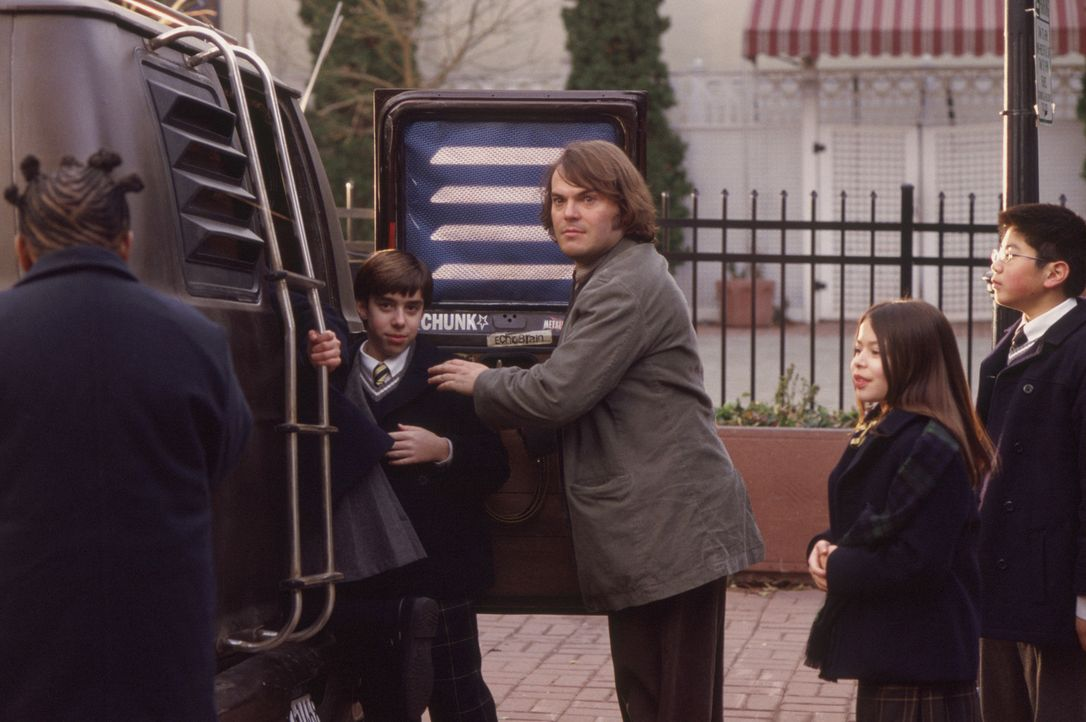 Zunächst beschränkt sich sein Engagement als Lehrer darauf, zu warten bis der Schultag zu Ende ist. Erst als er merkt, dass seine Schüler (v.l.n.... - Bildquelle: Paramount Pictures