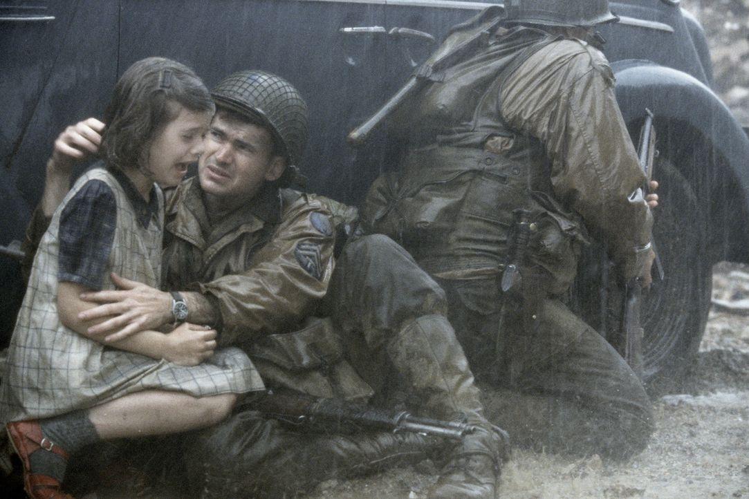 In ihrer Verzweifelung bitten die französischen Dorfbewohner, Corporal Upham (Jeremy Davies), das kleine Mädchen vor den angreifenden deutschen Tr... - Bildquelle: United International Pictures