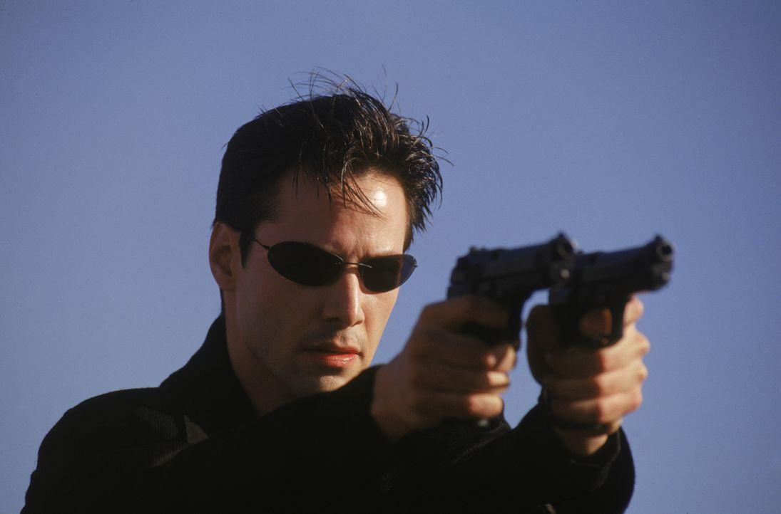 Kaum kennt er die Wahrheit über die Matrix, muss Neo (Keanu Reeves) sich mit allen Mitteln gegen seine Jäger verteidigen. - Bildquelle: Warner Bros. Pictures