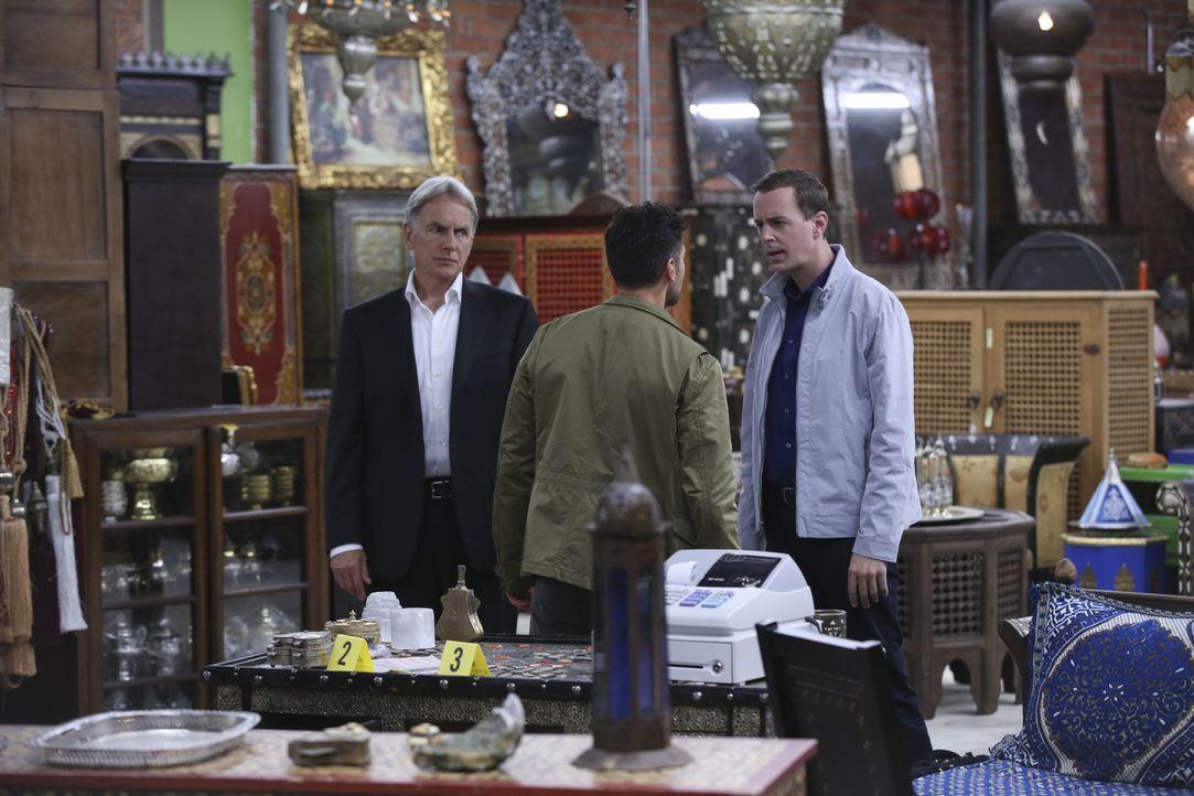 DEA Agent Luis Mitchell (John Gabriel, M.) ist einen gefährlichen Drogendealer auf den Fersen. Das Team um Gibbs (Mark Harmon, l.) und McGee (Sean M... - Bildquelle: Monty Brinton CBS Television