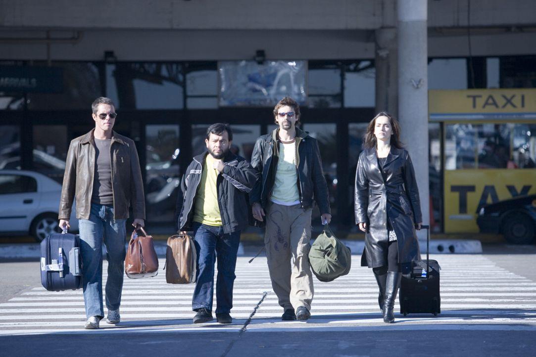 Die vier Bankräuber (v.l.n.r.) Carlos (Tony Dalton), Leserio (Silverio Palacios), Leonardo (Jordi Mollá) und Monica (Ana de la Reguera) können mi...