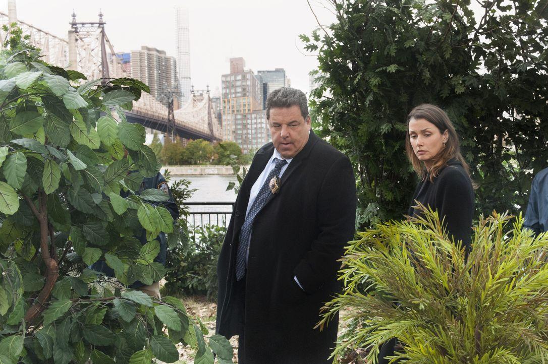 Erin (Bridget Moynahan, r.) und Anthony (Steve Schirripa, l.) finden eine ermordete Prostituierte. Ist sie die zweite mysteriöse Augenzeugin, die Er... - Bildquelle: Jeffrey Neira 2015 CBS Broadcasting Inc. All Rights Reserved.