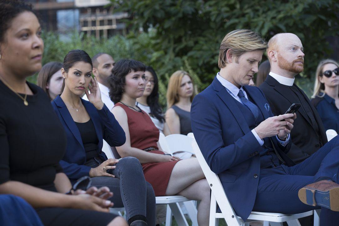 Während der Beerdigung seines Freundes spielt Shane (Gabriel Mann, 3.v.r.) mit seinem Handy herum. Das findet Meredith (Janina Gavankar, 2.v.l.) seh... - Bildquelle: 2015 Warner Bros. Entertainment, Inc.